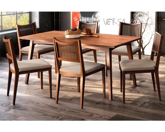 Foto ambientada Cadeira Versa, acabamento em madeira maciça Tauari e com tecido claro