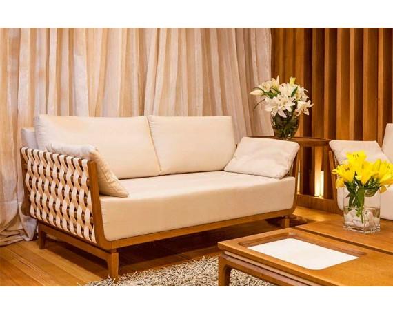 Foto ambientada sofá cosy e acabamento em madeira maciça Tauari