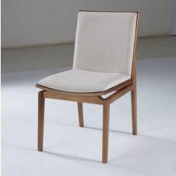 Foto cadeira austral, acabamento em madeira maciça e com tecido claro